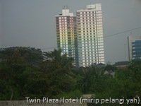 Twin Plaza Hotel (gedung mirip pelangi yah)